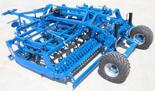 95247973 Kompaktowy agregat uprawowy U 684 wersja półzawieszana i składana hydraulicznie z zębem SX ze wzmocnioną podwójną sprężyną 50x10mm, redlica o szerokości 260mm, 2 rzędy zębów (szerokość robocza: 4 m, liczba zębów: 18, zapotrzebowanie mocy: 125 KM)